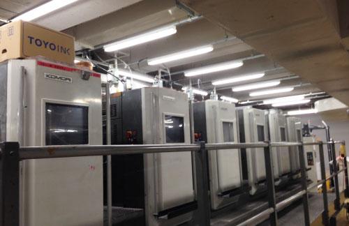 印刷六色的印刷機,最前的兩部是印白色的。