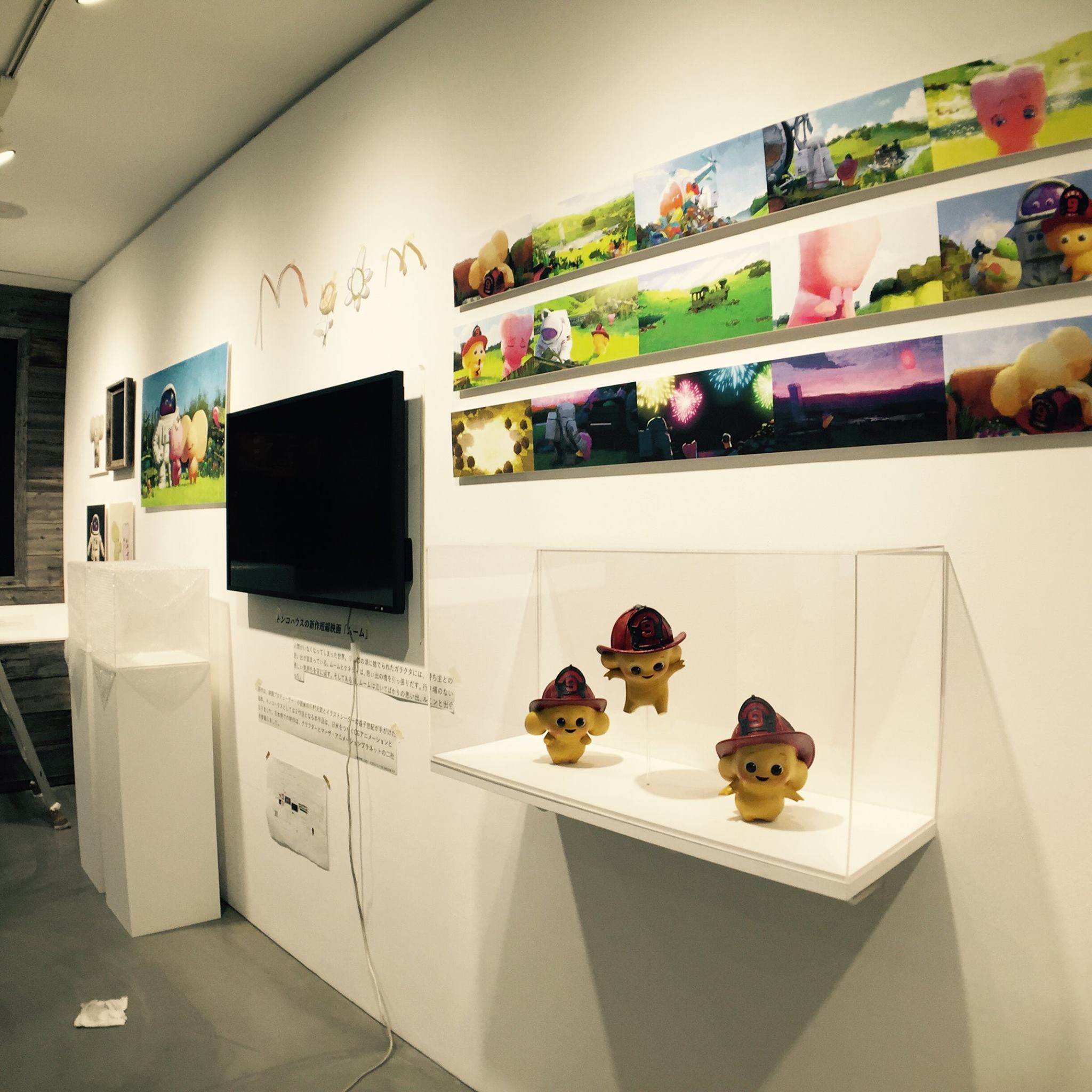 展覽現場,除了跳躍中的 Moom figures,還可以看到 colorscripts 和 concept art 等展品!(pic source)